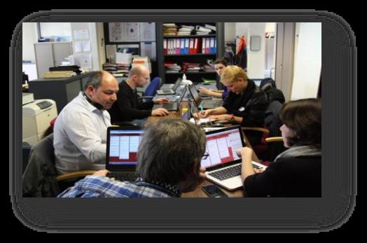 L'équipe d'analystes actifs au Centre de crise le 22 mars 2016